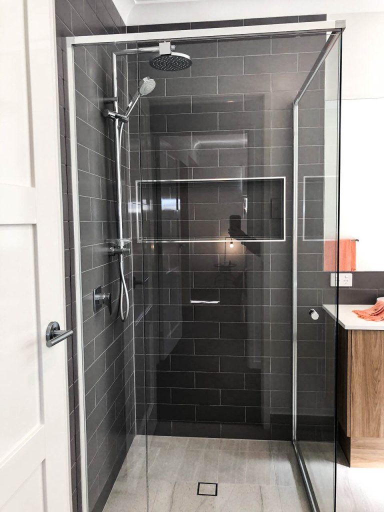 Vogue Shower Screen with Polished Silver Frame