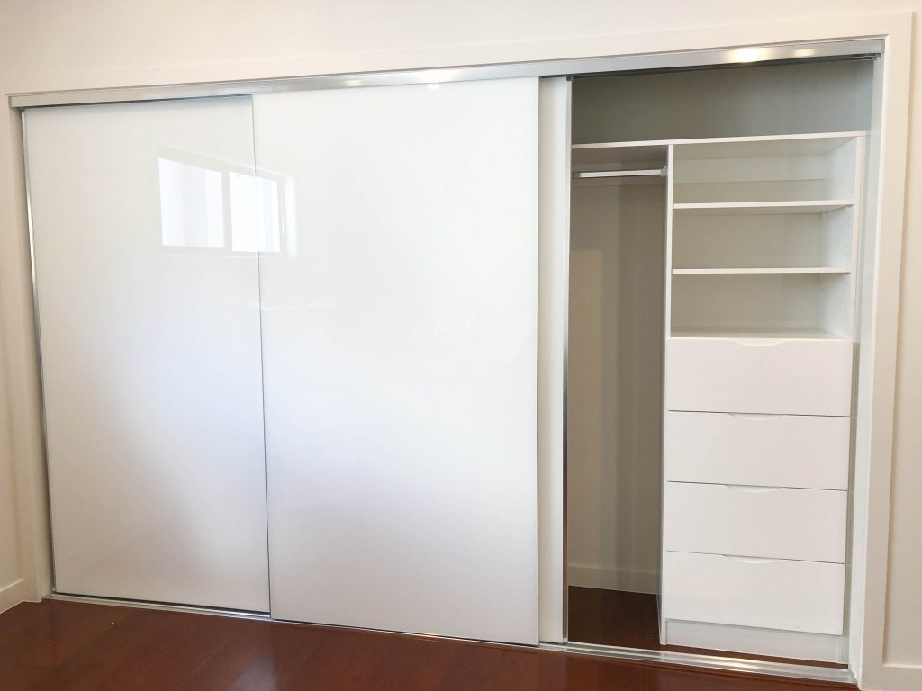 Frameless Super White Robe Doors with Standard White Board Shelving, Drawers with Finger Pull Handles & Chrome Hanging Rod