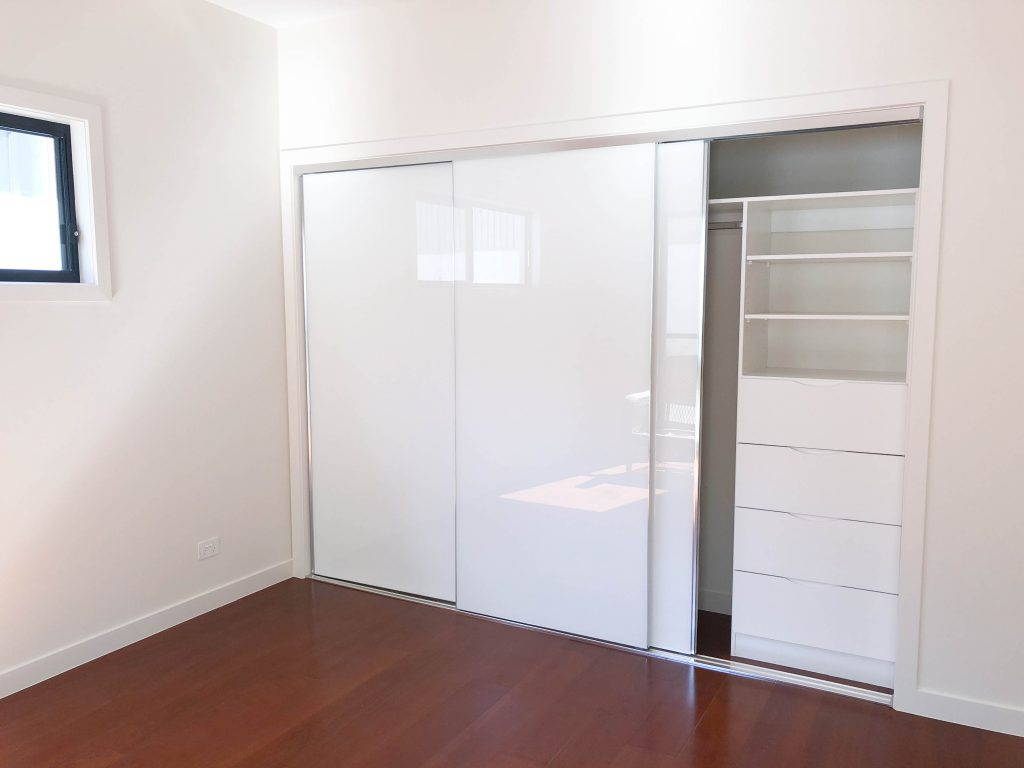 Super White Polished Silver Robe Doors with Standard White Board Shelving, Drawers with Finger Pull Handles & a Chrome Hanging Rod