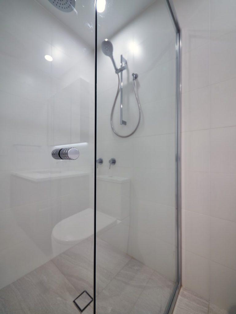 Polished Silver Framed Vogue Shower Screen with Standard Shower Screen Knob